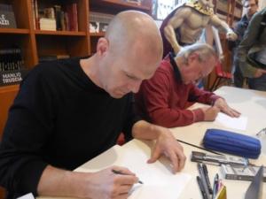 il disegnatore Oscar Scalco alla manifestazione di WOW spazio Fumetto