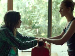 Ellen Page e Evan Rachel Wood in una scena di Into The Forest