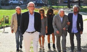 Renzo Piano (davanti) insieme a Beppe Grillo (dietro) ed altri tra cui Gino Paoli (a sinistra)